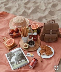 Image about food in picnic by Sari Neuhold on We Heart It Comida Picnic, Plat Vegan, Summer Picnic, Beach Picnic Foods, Picnic Date Food, Garden Picnic, Summer Fall, Summer Beach, Fall Winter