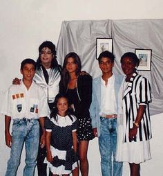 Michael Jackson, Julio Iglesias Children : Julio Jr, Enrique and Chabeli and Julio Iglesias first wife Isabel Preysler with daughter Tamara Falco backstage during the Bad World Tour at Camp Nou Stadium, Barcelona, Spain August 9 1988 | Curiosities and Facts about Michael Jackson ღ by ⊰@carlamartinsmj⊱