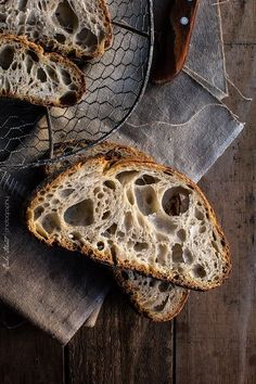 Pan de dos trigos - Bread and butter - Brot Dark Food Photography, Rustic Bread, Mets, Artisan Bread, How To Make Bread, Bread Baking, Food Pictures, Food Styling, Food Art