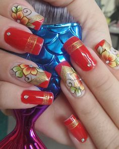 A imagem pode conter: uma ou mais pessoas Nails & Co, New Year's Nails, Bling Nails, Fingernail Designs, Red Nail Designs, Bright Red Nails, Romantic Nails, Flower Nail Art, Christmas Nail Art