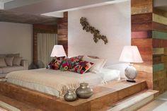 Quarto do casal rústico com cama elevada by Amélia Rodrigues e Maria Haydée