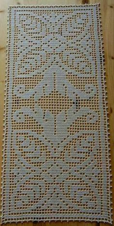 Dependendo da espessura da linha, pode - se fazer um belo tapete Crochet Table Runner, Crochet Tablecloth, Crochet Doilies, Crochet Flowers, Crotchet Patterns, Crochet Stitches Patterns, Crochet Designs, Filet Crochet, Knit Crochet