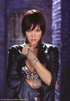 "Ashley Scott as Helena Kyle, the Huntress, in the DC Comics inspired ""Birds of Prey"" television series. Female Movie Characters, Female Heroines, Helena Bertinelli, Ashley Scott, Batman And Catwoman, Woman Movie, Dc Movies, Cosplay, Birds Of Prey"