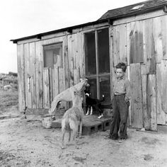 Dust Bowl: Photos From Oklahoma in 1942 by Alfred Eisenstaedt Life Pictures, Old Pictures, Old Photos, Rare Photos, Vintage Photographs, Oklahoma Dust Bowl, Dust Storm, Photo Vintage, Vintage Farm