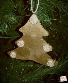 Decorazione per l'albero di #Natale in legno con applicazioni all'uncinetto. Di Angypuntobase su Etsy
