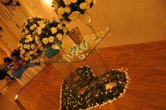 mesa do bolo em um outro angulo , mostra a forma de coração em baixo feita por flores