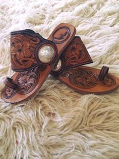 Brown flat sandals with pearls