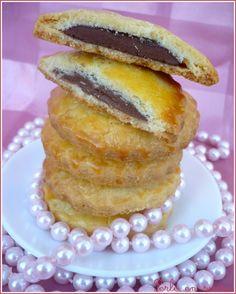 Biscuits sablés fourrés au chocolat - Aujourd'hui je vous propose une recette de petits sablés délicieusement fourrés au chocolat. C'est une recette ...