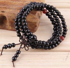 Gratuit sur ChakrasBoutique.com/ Ne payez que les frais de port et de traitement.  Bracelet Mala Homme/Femme Bois de Santal 108 Perles Noir. Disponible aussi en rouge, jaune et beige.