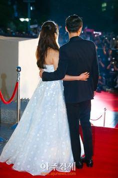 Song Joong Ki & Song Hye Kyo really adore them (Lovely picture! Korean Celebrities, Korean Actors, Celebs, Songsong Couple, Best Couple, Couple Photos, Descendants Of The Sun Wallpaper, Song Hye Kyo Style, Dramas