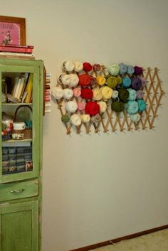 Cheap storage! Maybe on the back of the closet door. Pour pouvoir mettre en place et visualiser les coloris d'un ouvrage