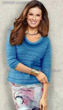Голубой вязаный пуловер спицами