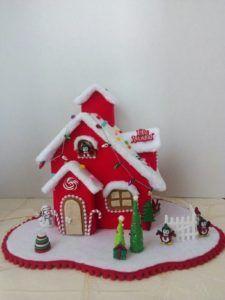 Quieres aprende 8 maneras de crear una casita navideña Christmas Village Houses, Christmas Gingerbread House, Rustic Christmas, Christmas Home, Christmas Projects, Felt Crafts, Holiday Crafts, House Ornaments, Felt Christmas Ornaments