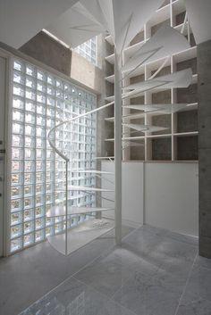 『小さな2世帯ハウス』美しく心が豊かになる玉手箱の部屋 ガラスブロックの玄関ホール・螺旋階段