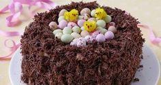 Torta nido de Pascua lleno de huevos de chocolate