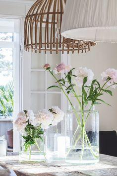 Se, hvordan Tine K indretter sit personlige landsted på Fyn efter årstidernes skiften, og hvordan interiørdesigneren bruger sit hjem til at afprøve nye farver og udtryk.