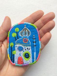 Textiel broche Hundertwasser N3. Hand geborduurd door MakikoArt