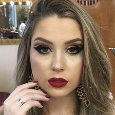 cut crease and red lip Cut Crease Eyeshadow, Creamy Eyeshadow, Silver Eyeshadow, Cut Crease Makeup, Pigment Eyeshadow, Eyeshadow Pigments, Eyeshadow Palette, Eyeliner Styles, Best Eyeliner