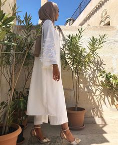 Woman with beautiful hijab outfit from the side - Women's Hijabs Islamic Fashion, Muslim Fashion, Modest Fashion, Trendy Fashion, Fashion Sets, Modest Dresses, Trendy Dresses, Modest Outfits, Hijab Mode