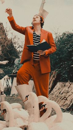Harry Styles for Gucci Pre-Fall Collection 2019 Harry Styles Lockscreen, Harry Styles Wallpaper, Harry Styles Mode, Harry Edward Styles, Harry Styles Pictures, Orange Aesthetic, Mr Style, Family Show, Larry Stylinson