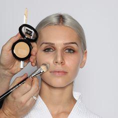 Step 1: Grundierung  Nach der Feuchtigkeitspflege wird die Haut mit einer gelblichen Grundierung (Studio-Make-up Nr. 6) und einem Grundierungspinsel (Nr. 30) grundiert. Von der Gesichtsmitte zum Rand hin auslaufen lassen. Den Hals dabei auslassen.