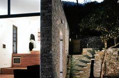 Nichée dans une colline dans une zone rurale juste à l'extérieur de Turin, en Italie, cette petite maison créative construite par Studioata est tout sauf o