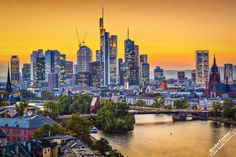 """Франкфурт-на-Майне один из немногих европейских городов в центре, которого расположено большое количество небоскребов. Сегодня во Франкфурте 30 зданий имеют высоту более 100 метров, а в топ 100 самых высоких зданий Германии небоскребы Франкфурта занимают всю первую десятку. По этой причине, Франкфурт часто называют """"Майнхеттен"""" (Майн и Манхэттен), а также Чикаго-на-Майне."""