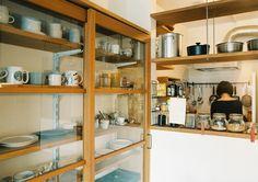 <p>「水屋箪笥」と呼びたくなるような食器棚。お気に入りの器を見せつつ、出し入れもしやすい。</p>