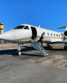 PRIVATE JET CHARTER ✈️ Search & compare the best private jet charter quotes from the largest global network of private jets. Luxury Jets, Luxury Private Jets, Private Plane, Kylie Jenner, Kourtney Kardashian, Jet Privé, Shotting Photo, Good Girl, Gucci