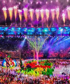 Foi demais! Foi incrível! Foi emocionante! Foi de arrepiar! Foi inesquecível!  Vai ficar pra história esses dias rindo junto chorando junto passando nervoso transbordando amor. Uma energia de outro mundo. Vou guardar pra sempre no meu coração e memória!  Parabéns a todos os atletas - heróis! -olímpicos que nos mostraram o real sentido de força garra determinação e superação. Que honra fazer parte desse momento! Parabéns Rio Parabéns Brasil!  #rio2016 #olympics #olimpiadas2016