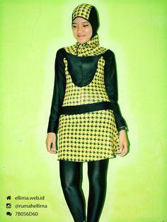 Kode: BRMD201429, Harga: IDR 185.000. Baju renang muslimah dewasa berwarna dasar hitam kombinasi warna kuning motif abstrak. Unik, modis dan elegant. Model baju dan celana renang terpisah, dilengkapi jilbab. Resleting disisipkan di depan baju untuk memudahkan pemakaian.