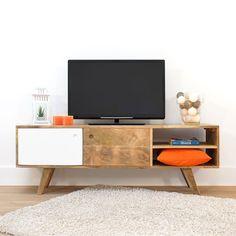 Le meuble Télé en bois de manguier inspiration scandinave saura se rendre indispensable. Dimensions (HxLxP) : 50 x 150 x 35 cm.