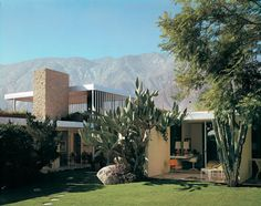 The Kaufmann House was designed by Austria-born architect, Richard Neutra in and is located in Palm Springs, California. The house. Richard Neutra, Chinese Architecture, Futuristic Architecture, Architecture Design, Architecture Office, Modern Exterior, Exterior Design, Interior And Exterior, John Lautner