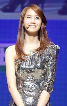 Yoona Tersenyuman