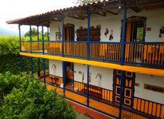 La arquitectura de la Hacienda Combia, en Calarcá (Quindío), se destaca por sus colores vivos. Foto: Juan Uribe
