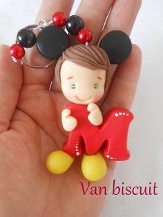 chaveiro em biscuit , fazemos em qualquer tema com a letra inicial do seu filho ou filha, contem pedrarias ja vai embaladinho em saquinho plastico