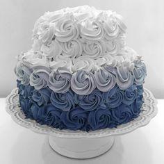 Enquanto alguns comemoram os ciclos que se completam outros celebram a alegria de estarem apenas começando.  Por dentro o tradicional bolo brulee Belle Caramelle por fora flores nas cores da festa.  #cake #bolo #flores #flowers #azul #degrade #instalicious #jurereinternacional #floripa #bellecaramelle #festa