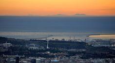 La capital catalana ha amanecido este lunes con una espectacular vista de las cumbres de la Serra de Tramuntana. 3/3/2015.