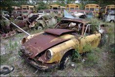 porsche 912 surveillée par une nuée de bus scolaires