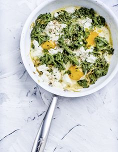 Oeufs cocotte aux épinards, chou kale et chèvre frais pour 4 personnes - Recettes Elle à Table