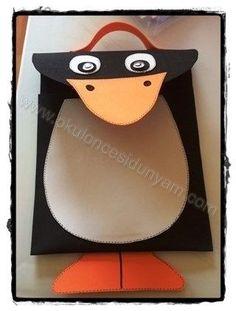 Emine öğretmenimizin yapmış olduğu şirin mi şirin penguen karne çantası :) Benim çok hoşuma gitti hemen paylaşmak istedim :) Siyah renkli eva ile pengueni kesilmiş. Uzun bir dikdörtgen kesiliyor, dikdörtgenin bir ucu burun kısmı için oval kesiliyor. Penguenin kenarlarından yapıştırılıyor. Burnu, ayakları ve çantanın kulp kısmı turuncu evadan yapılıyor. Gövdesi beyaz eva, gözleri de beyaz eva üstüne siyah eva ve hareketli göz ile yapılıyor. Evanın kenarlarına kalem ile çizgi çizgi şeritler…