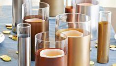 Añade un toque original a tus jarrones de vidrio decorándolos con pintura metalizada.