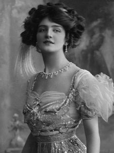 "Lily Elsie, shown here in a costume designed by ""Lucille"" Lady Duff Gordon for a 1909 play called ""The Dollar Princess."" Lady Duff Gordon was on the Titanic. Lily Elsie, Glamour Vintage, Vintage Beauty, Victorian Women, Edwardian Era, Edwardian Fashion, Vintage Fashion, Victorian House, Vintage Outfits"