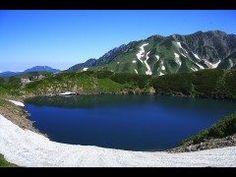 富山県中新川郡にあるみくりが池は標高2405mに位置する立山の火山湖です  冬季期間は雪に覆われていますが雪がとける春秋シーズンにはその美しい姿を見にたくさんの観光客が訪れます  みくりが池は水の透明度が極めて高いため周囲の山々が反射し美しく映えます  ちなみにみくりが池は細田守監督のアニメ映画おおかみこどもの雨と雪に登場したことでも知られていますよ  tags[富山県]