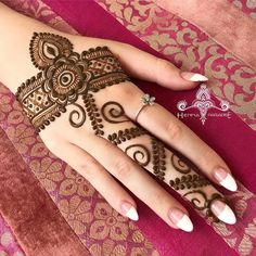 Beautiful Mehndi Design - Browse thousand of beautiful mehndi desings for your hands and feet. Here you will be find best mehndi design for every place and occastion. Quickly save your favorite Mehendi design images and pictures on the HappyShappy app. Henna Hand Designs, Eid Mehndi Designs, Mehndi Designs Finger, Simple Arabic Mehndi Designs, Mehndi Designs For Girls, Mehndi Designs For Beginners, Modern Mehndi Designs, Mehndi Design Pictures, Mehndi Designs For Fingers