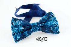 A tropical blue and navy bow tie! A fun Caribbean accessory for that destination wedding of yours. Heading some where with sandy beaches and swaying palm trees? This blue Hawaiian bow tie will definitely have it's owner looking the island style part!