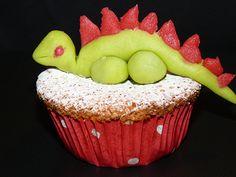 Rezept Dino Muffin – Sieht er nicht allerliebst aus, der süsse Dino auf dem leckeren Muffin? Das Rezept für 12 Muffins kannst du kostenlos herunterladen. Kochen für Kinder ist nicht immer ganz einfach, aber mit ein paar kleinen Tricks begeisterst du auch die mäkeligsten Esserinnen und Esser am Tisch. #Rezept #Muffin #Dino #Dinosaurier #Kindergeburtstag #Geburtstagsparty #Geburtstagskuchen #Themenparty #EssenmitKindern #Kinderessen #Kindermenu #Kindergericht Marzipan, Desserts, Blog, Tricks, Kid Cooking, Recipes For Children, Food For Kids, Birthday Cakes, Simple