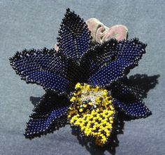 орхидея черная Bead Jewellery, Jewelry Art, Beaded Jewelry, Jewelry Patterns, Beading Patterns, Beaded Flowers, Orchid Flowers, Beaded Brooch, Beading Tutorials