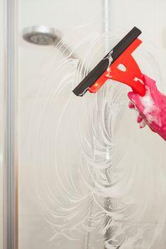 Use vinegar as your shower door cleaner! Cleaning Maid, Bathroom Cleaning, Cleaning Hacks, Shower Door Cleaner, House Cleaning Services, Diy Cleaners, Shower Doors, Keep It Cleaner, Clean House