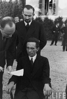 """Joseph Goebbels. Goebbels le sonrió hasta que se enteró que éste, Alfred Eisenstaedt, era judío. Un momento que como podemos ver Eisenstaedt capturó en la foto. De repente """"me miró con unos ojos llenos de odio y esperó que me marchitara"""", el fotógrafo recordó. (Créditos de imagen: life.time.com)"""